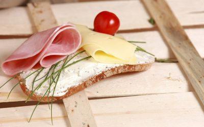 Regularne spożywanie posiłków – ważny element żywienia dzieci imłodzieży. Praktyczne wskazówki.