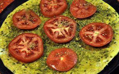 Omlet zpłatkami owsianymi, zielonym pesto ipomidorem